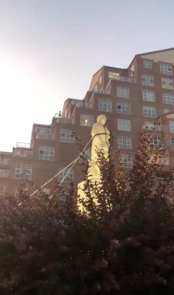 4일(현지 시각) 메릴랜드주 볼티모어에서 신대륙 개척자인 크리스토퍼 콜럼버스의 동상이 인종차별반대 시위대에 의해 밧줄에 묶여 끌어내려지고 있다./AP 연합뉴스