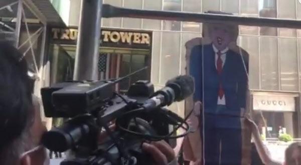 4일(현지 시각) 극좌단체 '리퓨즈 파시즘'이 트럼프 대통령의 모습을 그린 널빤지를 뉴욕 트럼프 타워 앞으로 가져가 밧줄로 묶고 끌어내리는 퍼포먼스를 하고 있다./트위터