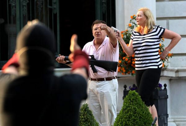 지난달 28일 미 미주리주 세인트루이스에서 총을 든 백인 부부가 인종차별 시위대와 언쟁을 하고 있다. /AP 연합뉴스