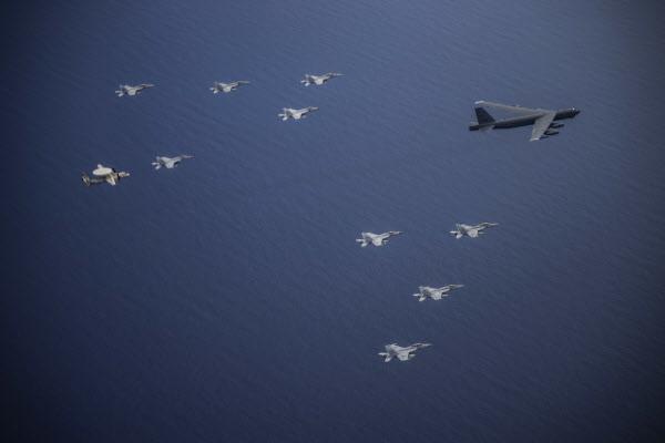 미 본토에서 출발한 B-52H가 항공모함 소속 함재기들과 합동 작전을 수행하는 모습. /미 태평양사령부