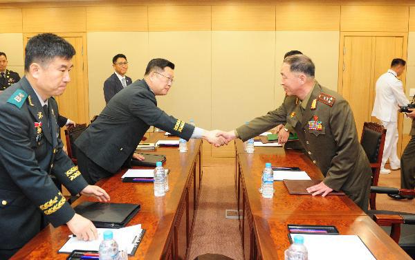 지난 2018년 6월 서해지구 남북출입사무소에서 열린 남북 군사 실무접촉. 남북은 이 실무접촉 이후 군 통신선과 상선공용망 재개를 합의했었다. /국방부 제공