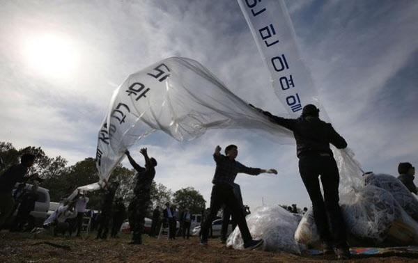 2016년 4월 2일 경기도 파주시 접경지역에서 자유북한운동연합 등 탈북자 단체들이 대북 전단을 날리는 모습. /연합뉴스