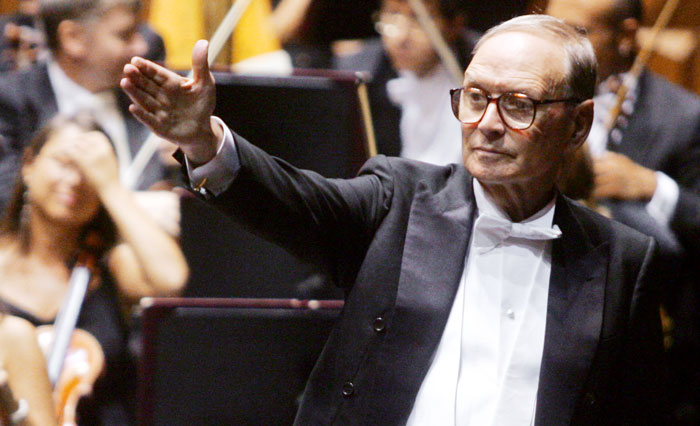 이탈리아 영화음악 작곡가 엔니오 모리코네가 2006년 로마에서 음악회를 지휘할 당시의 모습.