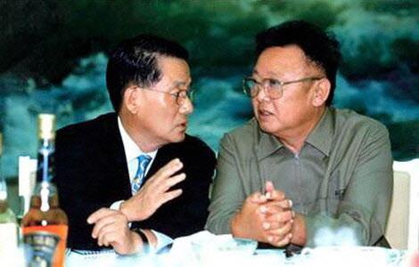 2000년 제1차 정상회담 당시 북한 김정일과 대화하는 박지원 국정원장 지명자./조선일보DB