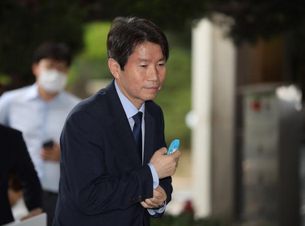 이인영 통일부 장관 후보자가 6일 오전 서울 종로구 남북회담본부로 출근하고 있다. /연합뉴스