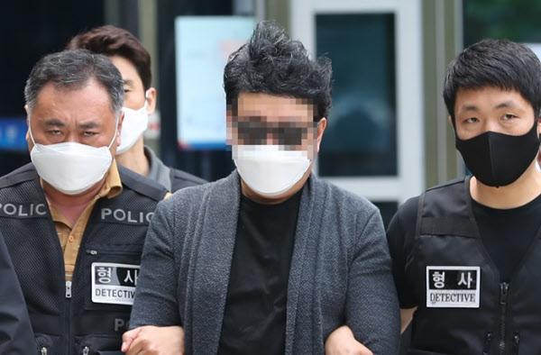 경비원 최희석씨를 폭행한 주민 심모씨가 5월 22일 구속 전 피의자 심문을 마친 뒤 서울북부지법을 나서고 있다. /연합뉴스