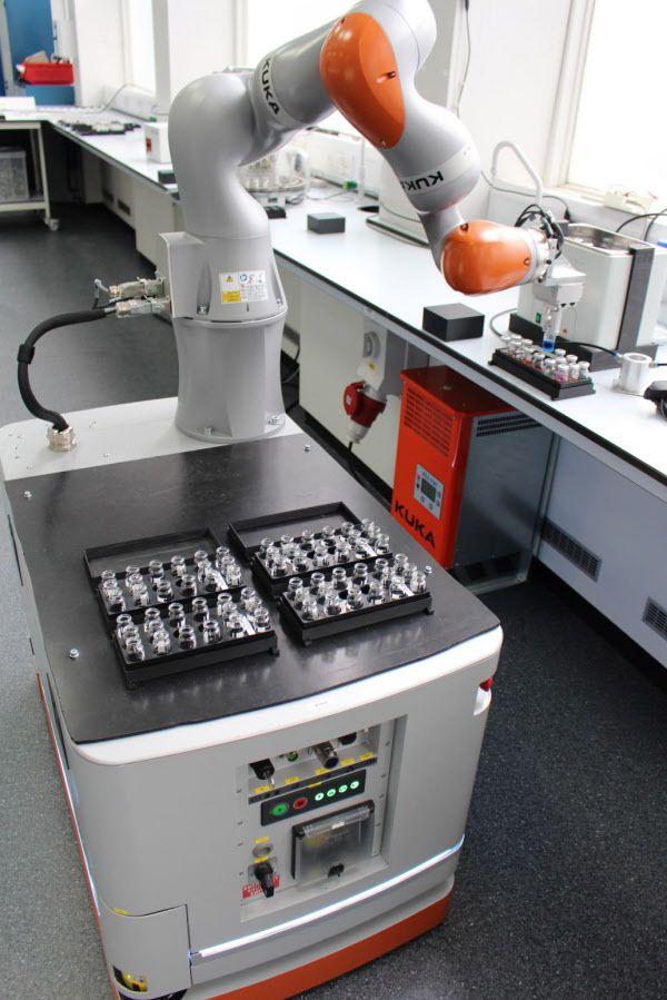 로봇 과학자는 실험실을 돌아다니며 사람이 쓰던 장비를 그대로 이용해 실험을 했다./영 리버풀대