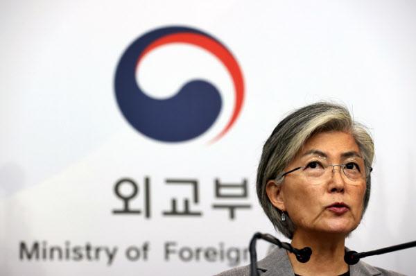 강경화 외교부 장관이 지난 2일 오전 서울 외교부 청사에서 열린 기자회견에서 질문에 답하고 있다. /연합뉴스
