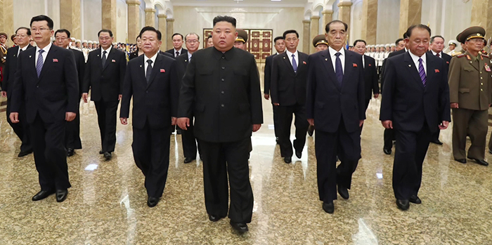 북한 김정은 국무위원장이 김일성 사망 26주기를 맞아 시신이 안치된 금수산태양궁전을 참배했다고 조선중앙TV가 8일 보도했다. 이날 참배에는 김여정 노동당 제1부부장, 핵 개발 주역으로 꼽히는 리병철(앞줄 오른쪽) 당 중앙군사위 부위원장을 비롯한 당·정·군 고위 간부들이 대거 참석했다.