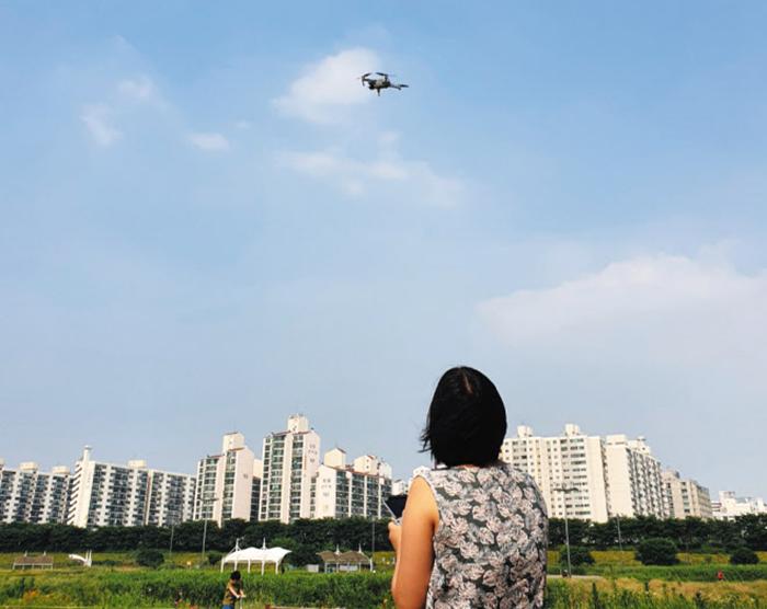 서울 양천구 신정비행장에서 DJI의 드론 '매빅에어2'를 날리는 모습. 드론에 익숙하지 않은 초보자도 쉽게 조종할 수 있도록 다양한 자세제어 및 장애물 회피 기능이 내장되어 있다.
