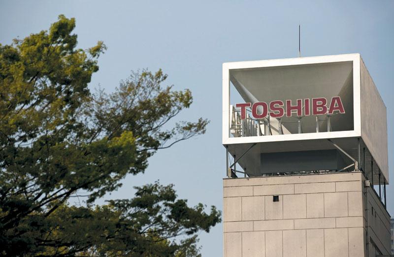 반도체 등의 부진을 딛고 경영 재건을 해오던 도시바는 자동차용 반도체 사업 부진으로 타격을 입었다. 사진은 도쿄의 도시바 본사 건물에 회사 로고가 크게 걸려 있는 모습.