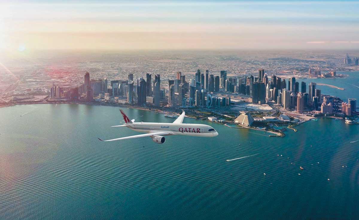카타르항공 항공기가 카타르의 수도 도하 상공을 나는 모습. 카타르항공은 '코로나19' 사태에도 계속 운항하며 위기를 기회로 만들었다는 평가를 받고 있다.