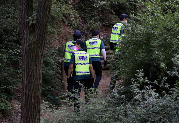 박원순 서울시장이 연락두절됐다는 신고가 접수된 9일 경찰이 성북동 와룡공원 주변 일대를 수색하고 있다. /뉴시스