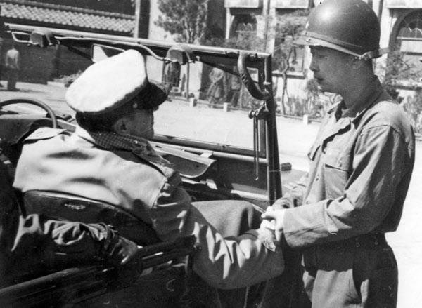 1951년 3월 서울을 탈환한 국군 1사단 사령부로 도쿄 유엔군 맥아더 총사령관이 예고 없이 방문해 백선엽 사단장과 대화를 나누고 있다. /백선엽 장군 제공