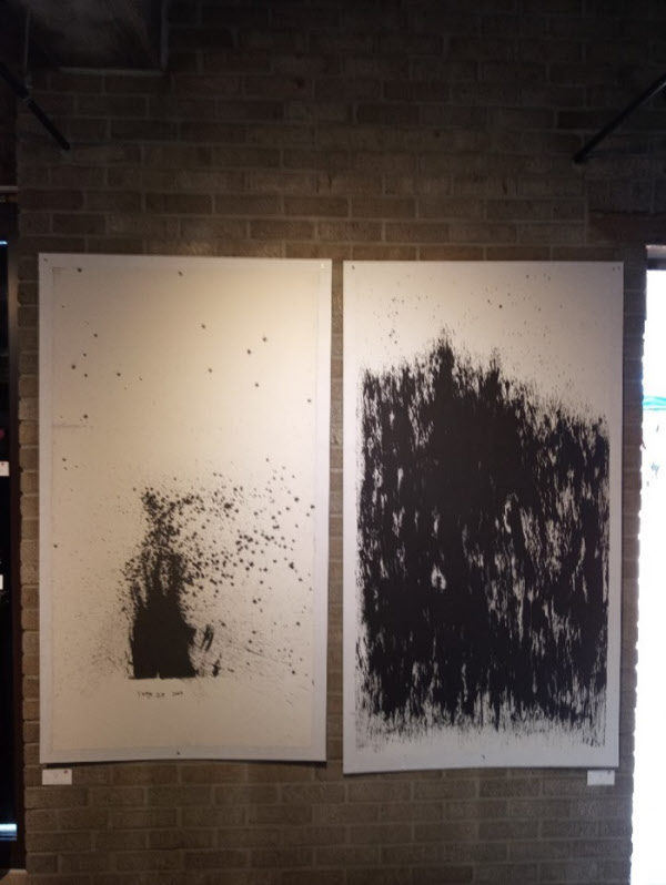 양성옥의 작품 2점. 왼쪽 작품은 추첨을 통해 관람객에게 주어졌고, 오른쪽 작품이 팔리지 않아 불태워졌다. /양성옥