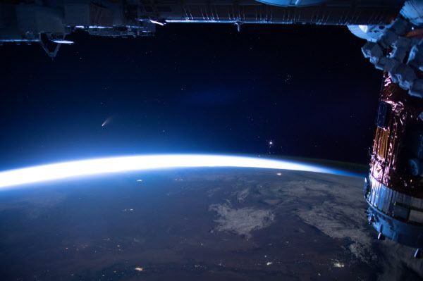 NASA가 10일 발표한 '오늘의 천체사진'. 국제우주정거장에서 지구로 향하는 니오와이즈 혜성을 찍은 사진이다./NASA