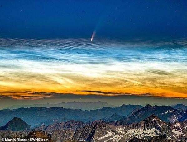 알프스산맥의 3510m 높이 호치페일러산에서 찍은 니오와이즈 혜성. 밤에 밝게 빛나는 구름인 야광운 위로 혜성이 보인다. 야광운은 고위도지방의 고도 76~85 km에 생긴다./SWNS.com