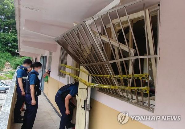 폭발 충격으로 창문틀이 부서져 있다./연합뉴스