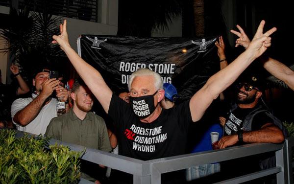 로저 스톤이 10일(현지시각) 백악관이 자신에 대한 감형 발표를 하자 플로리다의 집 앞에서 손을 들어 환호하고 있다. /로이터 연합뉴스