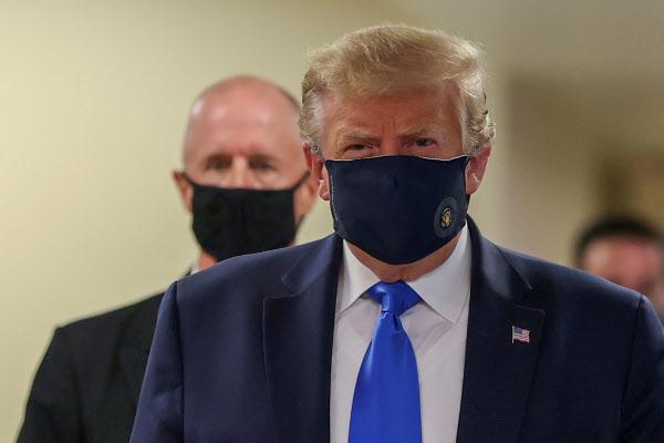 도널드 트럼프 미국 대통령이 11일(현지 시각) 메릴랜드주 월터 리드 군 의료센터를 방문하며 마스크를 쓴 모습. /로이터 연합뉴스