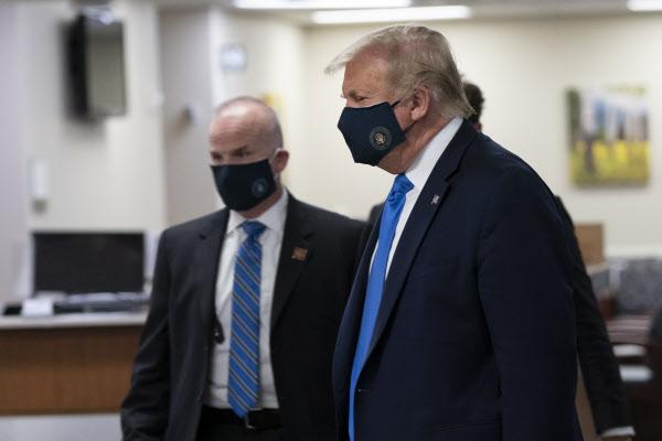 도널드 트럼프 미국 대통령이 11일(현지 시각) 메릴랜드주 월터 리드 군 의료센터를 방문하며 마스크를 쓴 모습. /EPA 연합뉴스