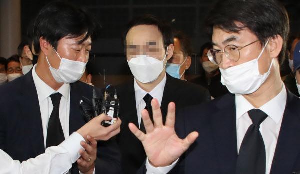고 박원순 서울시장의 아들 박주신 씨가 11일 아버지 빈소가 마련된 서울대학병원 장례식장에 들어오고 있다. /연합뉴스