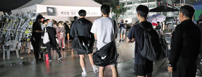 12일 밤 10시 서울 광화문 광장에 마련된 고(故) 백선엽 장군 시민분향소에 시민들이 조문하기 위해 줄을 서 있다.