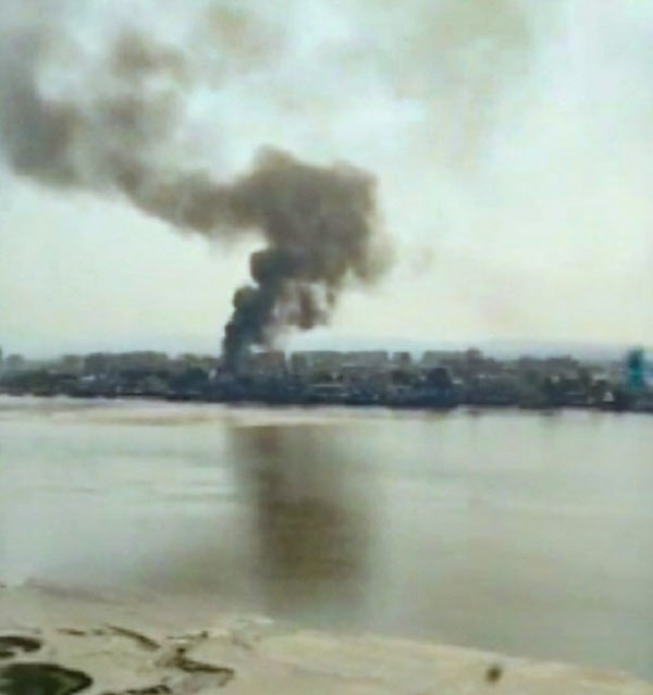 지난 9일 오전 북한 신의주 강안리역에서 검은 연기가 치솟고 있다/RFA