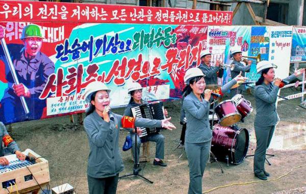지난 6월 북한의 한 공장 선전대원들의 공연 모습/노동신문