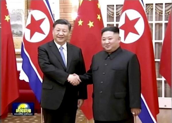 시진핑(왼쪽) 중국 국가주석이 지난해 6월 평양을 방문해 김정은 북한 국무위원장과 만나 악수하고 있다/연합뉴스
