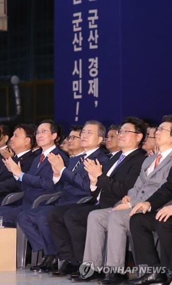 지난해 10월 전북 군산 명신 공장(옛 한국GM 군산 공장)에서 열린 전북 군산형 일자리 협약식에 문재인 대통령(앞 줄 오른쪽에서 세 번째)이 참석해 박수를 치고 있다. /연합뉴스
