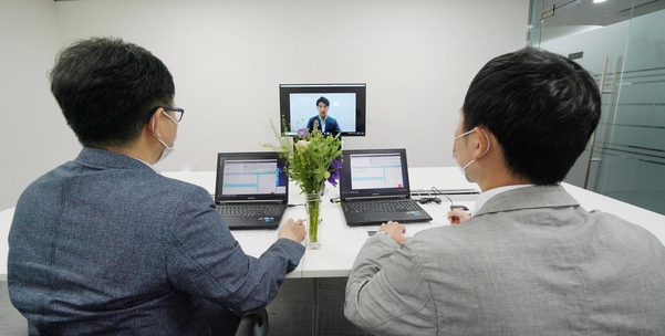 롯데건설 관계자들이 상반기 채용 면접을 온라인 화상 방식으로 진행하고 있다. /롯데건설 제공