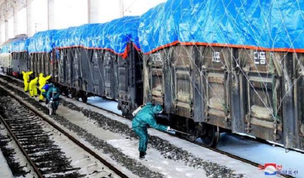 코로나바이러스 확산을 막기 위해 신의주역에서 북중간을 운행하는 화물열차에 방역작업을 하는 모습/조선중앙통신/연합뉴스