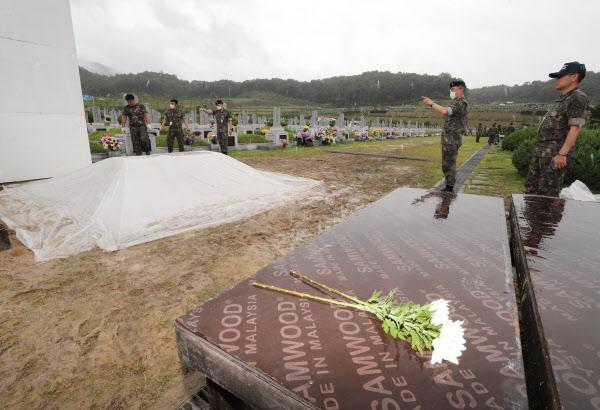 고 백선엽 장군의 안장식을 하루 앞둔 14일 오후 대전 유성구 국립대전현충원 장군 제2묘역에 마련된 백 장군의 묘역에서 국군 장병들이 안장식 준비를 하고 있다. /연합뉴스
