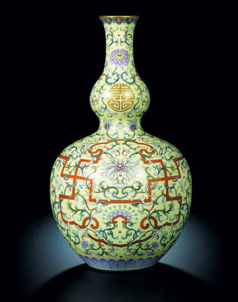 2010년 10월 소더비 홍콩 경매에서 당시 2억5266만홍콩달러(약 366억원)에 낙찰된 호로병 모양 도자기. 건륭제 시대 만들어진 것으로 알려졌다. /소더비 홈페이지 캡처