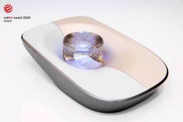 2020 레드닷 디자인 어워드에서 수상한 롯데케미칼의 투명소재의 유리공예효과. 두껍게 사출된 (후육사출) 고투명소재 표면의 미세패턴을 통해 유리공예 효과를 구현하고 배면 라이팅을 통해 빛과 패턴이 중첩되어 반짝이는 효과를 극대화함으로써 모빌리티 내장 조그 다이얼 또는 가전 제품에 적용 가능하다. /롯데케미칼