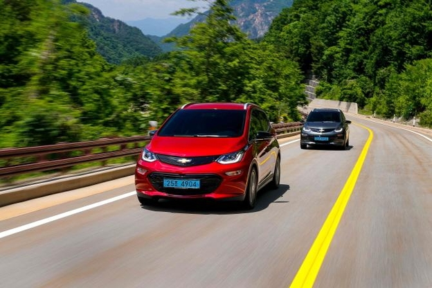 미국 GM은 자사 전기차 볼트의 주행거리를 꾸준히 늘려가고 있다. 2020년 모델의 주행거리는 400km가 넘는다. /한국GM
