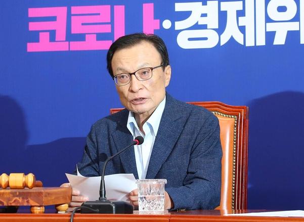 더불어민주당 이해찬 대표가 15일 서울 여의도 국회에서 열린 더불어민주당 최고위원회의에 참석해 사과 발언을 하고 있다./뉴시스