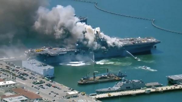 12일 오전(현지시각) 샌디에이고 항구에 정박한 본험 리처드 강습상륙함에서 발생한 화재의 초기 진화 모습/ABC뉴스 촬영
