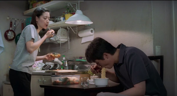 영화 '봄날은 간다' 이후로 '라면 먹을래요?'는 단순히 라면을 먹지 않겠느냐는 질문 이상의 의미가 담긴 질문이 됐다./시네마 서비스