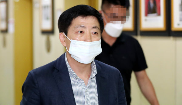 지난 6일 서울 중구 프레스센터에서 열린 외신 기자회견에 참석하기 위해 들어서고 있는 박상학 자유북한운동연합 대표. /뉴시스