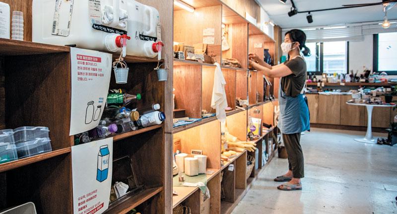서울 합정동에 있는 제로 웨이스트 매장 '알맹상점'에서는 샴푸, 세제, 섬유유연제 등을 모두 포장재 없이 알맹이만 살 수 있다. 포장재를 빼 가격도 저렴하다.