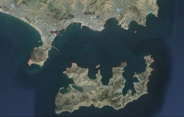 북 SLBM 개발 및 배치 전략거점화하고 있는 신포조선소(사진 위)와 마양도(사진 아래). 마양도엔 북한 최대 잠수함기지가 있다. /구글 어스