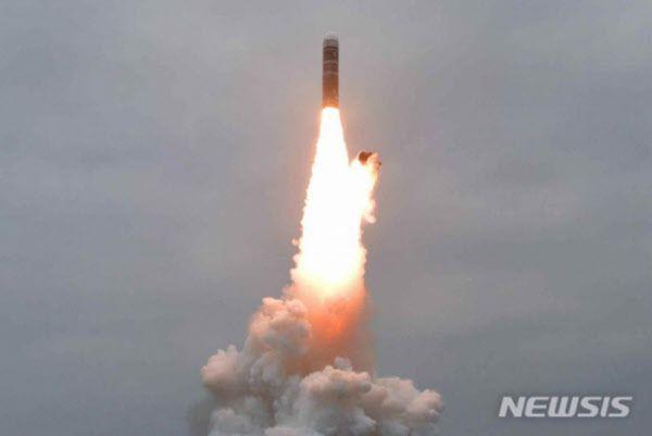 지난해 10월 시험발사에 성공한 북한의 북극성-3형 SLBM 발사 장면. 북극성-3형은 종전 북극성-1형에 비해 크기가 커지고 사거리도 길어졌다. /조선중앙TV