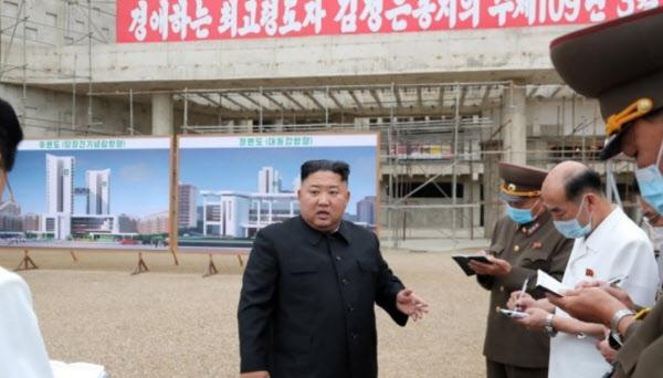 조선중앙통신은 북한 김정은 국무위원장이 평양종합병원 건설현장을 현지지도했다고 20일 보도했다. /연합뉴스