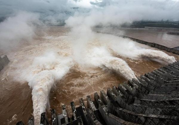18일 중국 후베이성에 위치한 싼샤댐이 물을 방류하고 있다./신화통신 캡처