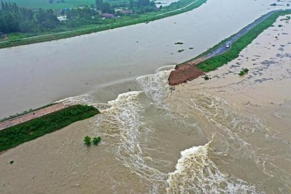 중국 지방당국이 홍수로 불어난 물을 방류하기 위해 추허강 유역의 댐 제방을 폭파했다. /바이두 캡처