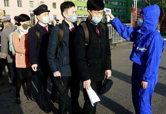 김책공업종합대학 학생들이 마스크 차림으로 등교해 체온 검사를 받고 있다. /AP 연합뉴스