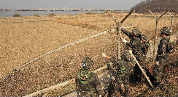 지난 2012년 경기도 김포대교 인근에서 군 장병들이 철책선을 제거하는 모습. /조선일보 DB