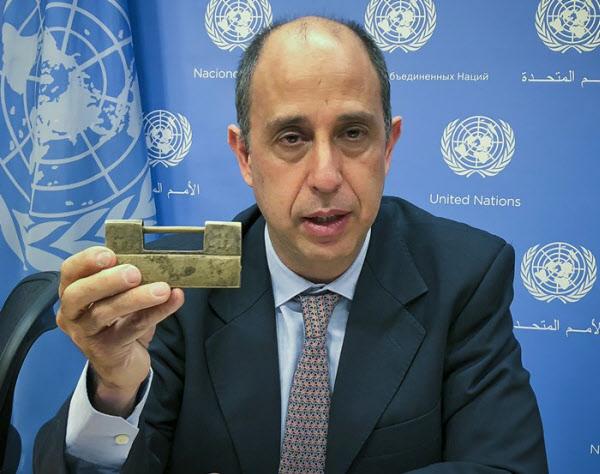 토마스 오헤아 퀸타나 유엔 북한인권특별보고관이 지난 2018년 뉴욕 유엔본부에서 탈북자로부터 받은 자물쇠를 들어보이고 있다. /AP 연합뉴스